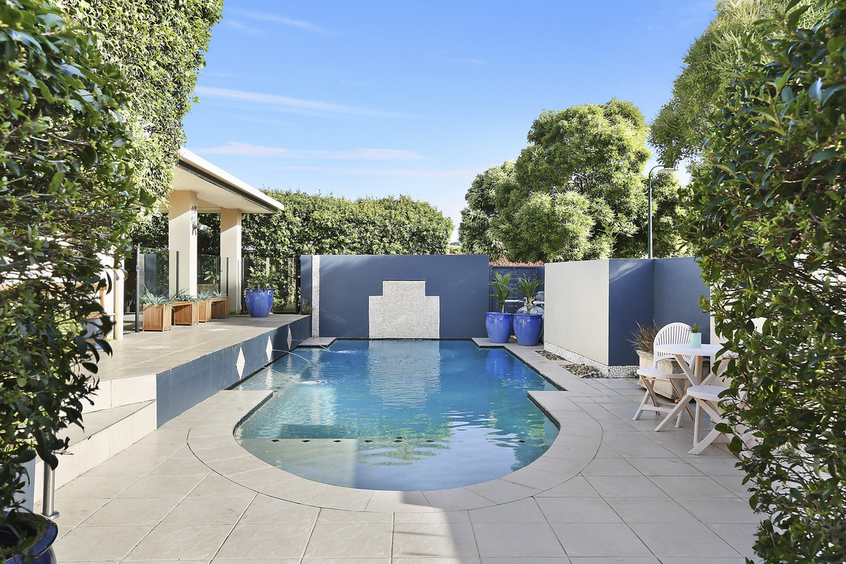 Spacious family entertainer with sparkling pool