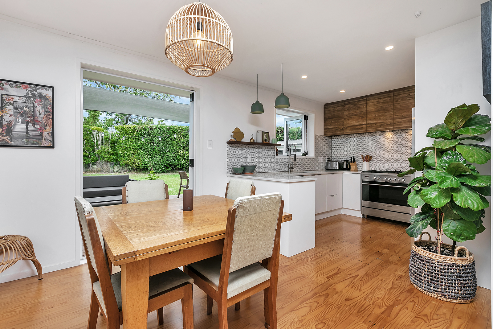 BUNGALOW LOVERS. RENOVATED RED BRICK CLASSIC!
