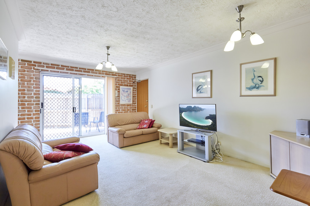 CONVENIENT LIVING – GROUND FLOOR, SHOPS & TRANSPORT NEARBY