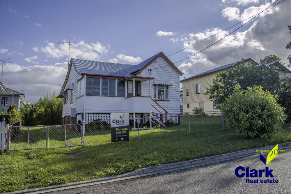 3 BEDROOM QUEENSLANDER – GREAT LOCATION!!
