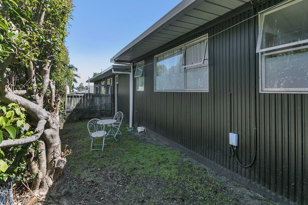 EASY-CARE SINGLE LEVEL LIVING & YARD CLOSE TO CITY