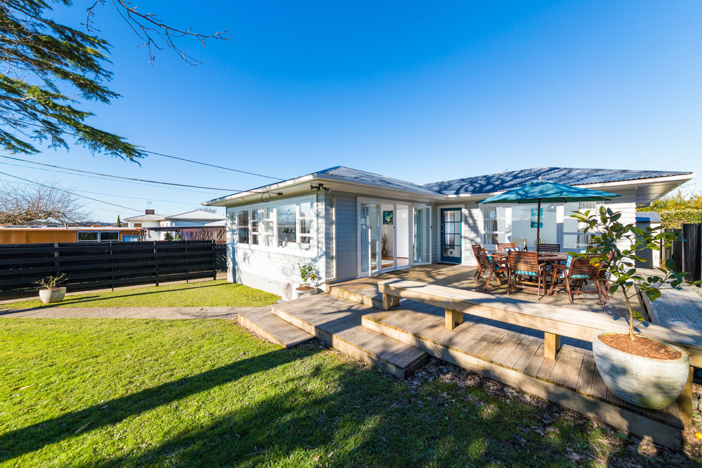SUNNY WEATHERBOARD FAMILY-FRIENDLY HOME