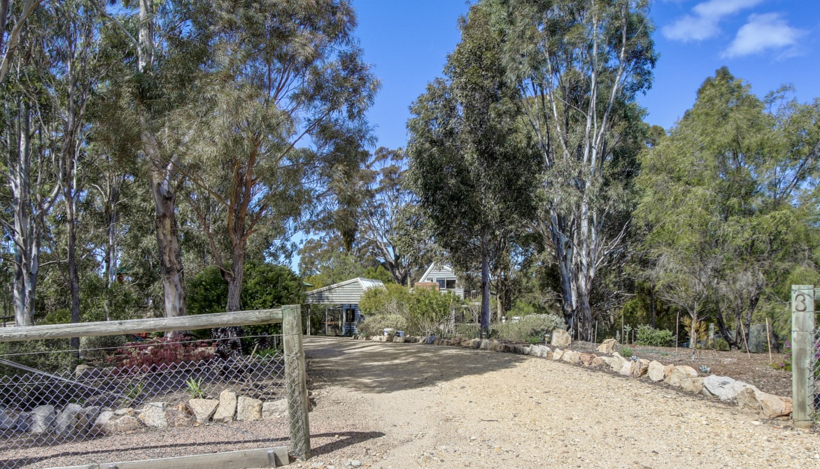 A LITTLE PIECE OF PARADISE – Seclusion Close to Town