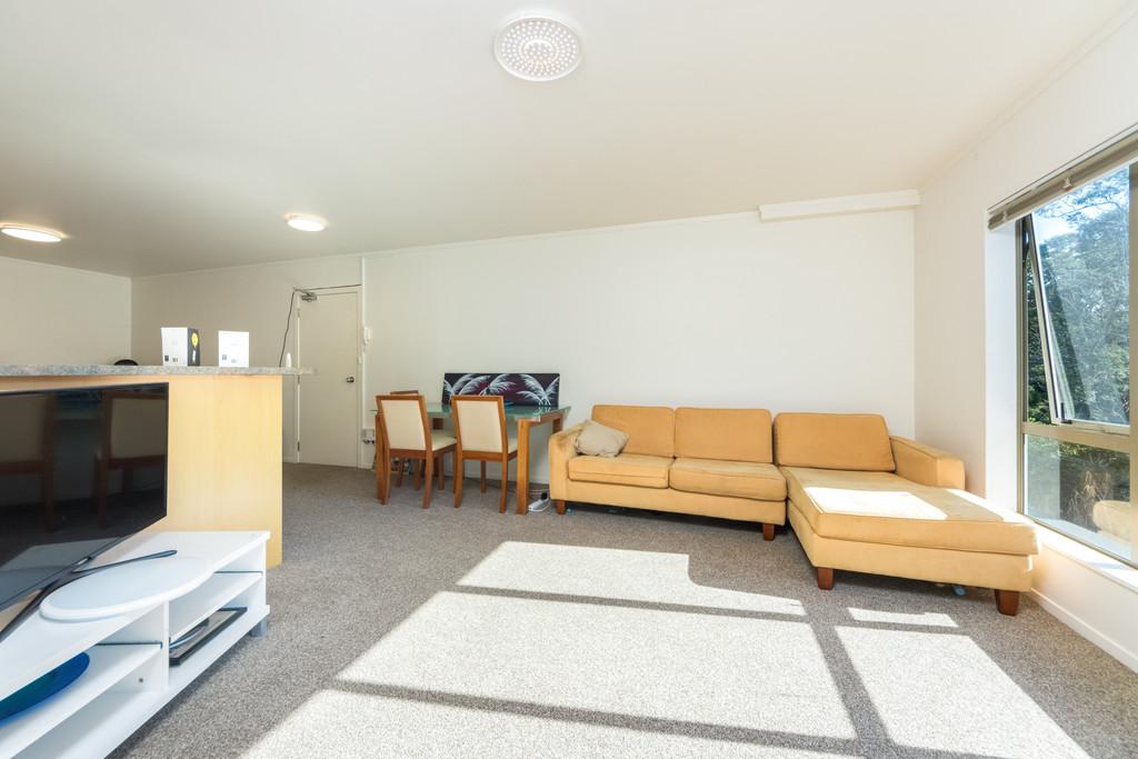 MODERN, LARGE, 3 BEDROOMS + GARAGING