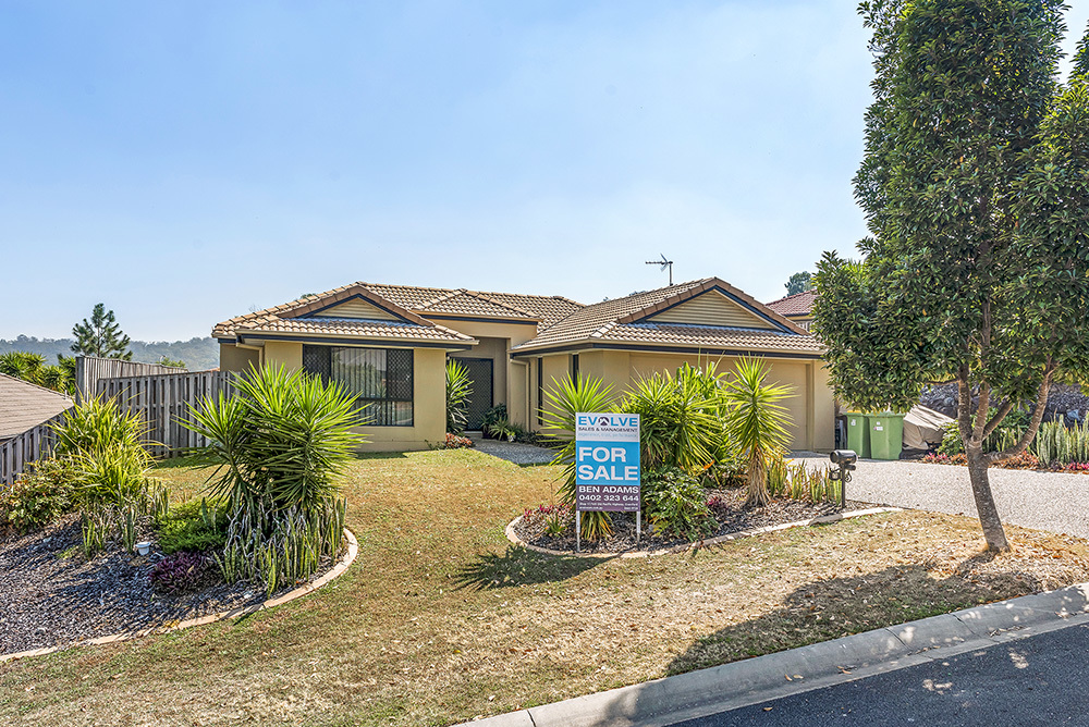 Modern Lowset in Family Friendly Location
