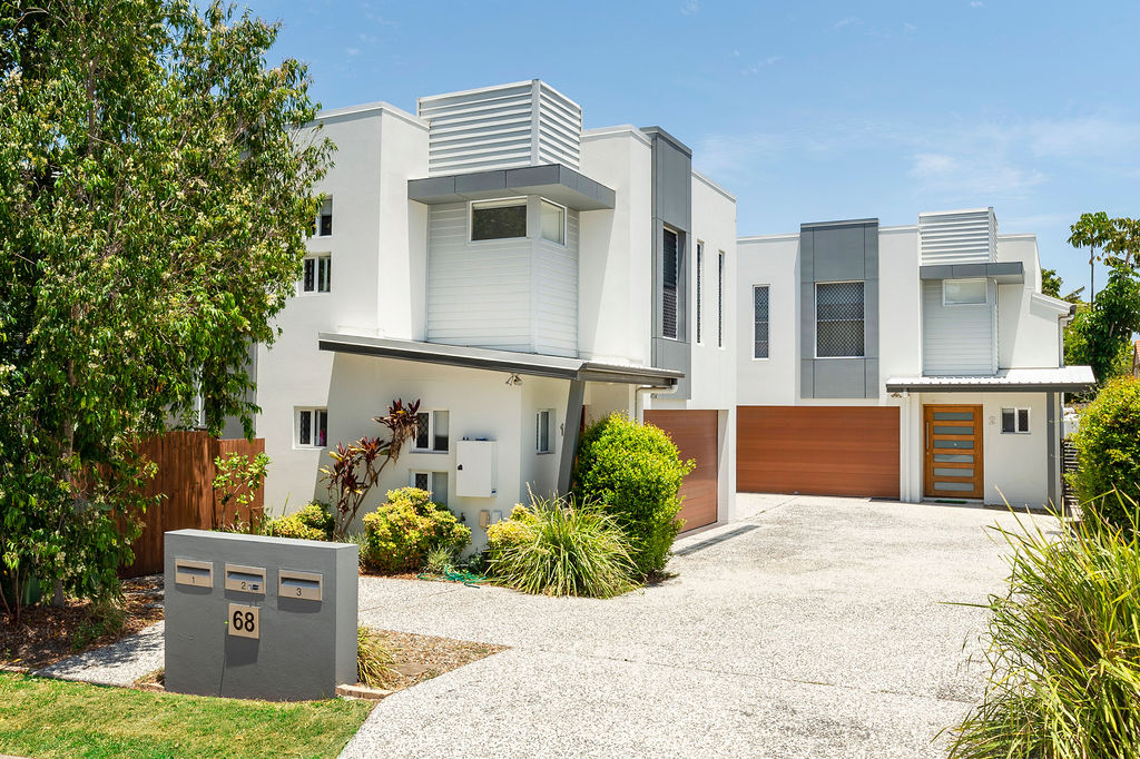 3 X MODERN TOWNHOUSES ON ONE TITLE. CENTRAL LOCATION – MINUTES TO EVERYTHING TERRIFIC INVESTMENT OPPORTUNITY.