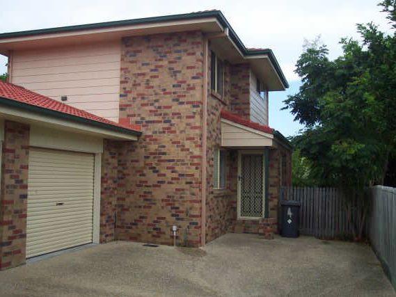 Two storey Townhouse – Huge yard!