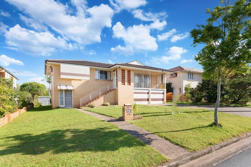 Highset brick home with potential for home office on 617m2 Block & side access!