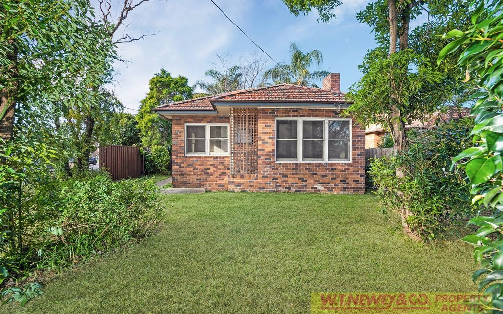 PROMINENT CORNER LOCATION – IDEAL RENOVATOR