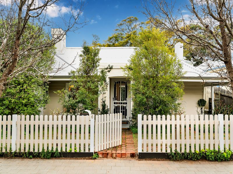 Bask in the sun and enjoy life at your own pace in this Charming Cottage in what is an unbeatable location….