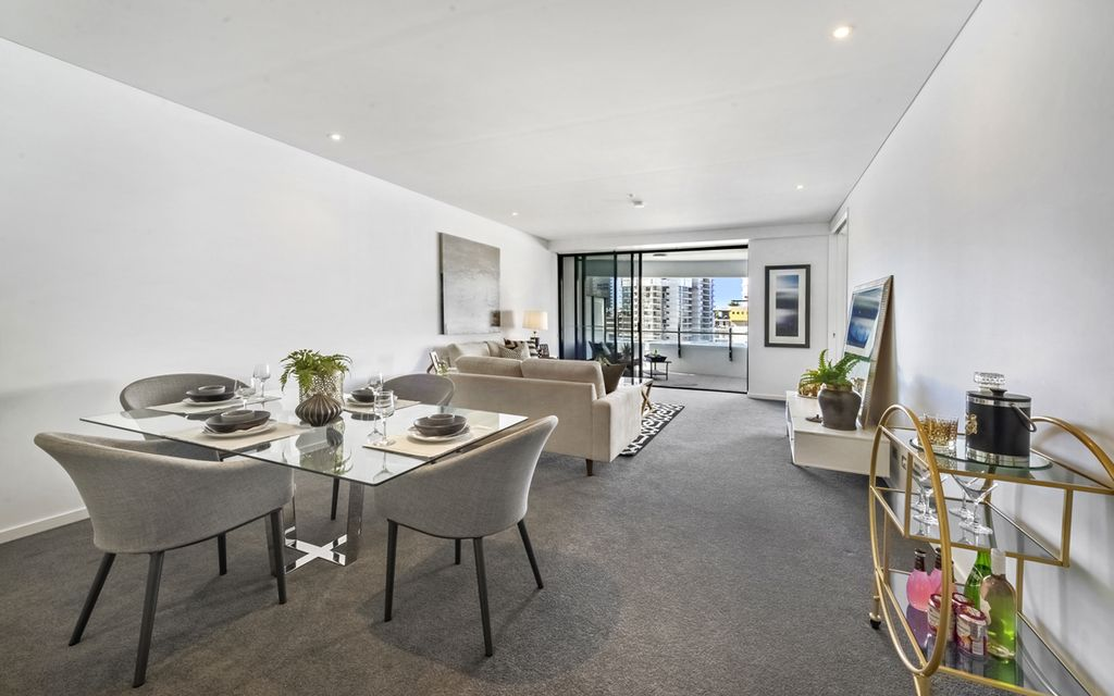 IMMACULATE LARGE WAVE APARTMENT