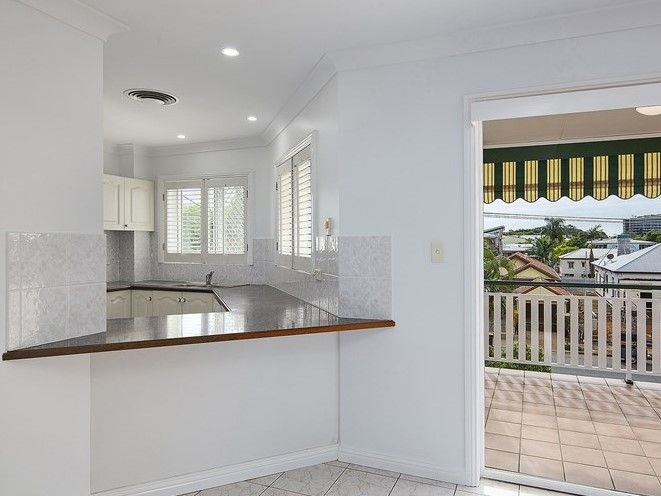 BREEZY TOP FLOOR APARTMENT – SPACE, SOPHISTICATION AND LOCATION!