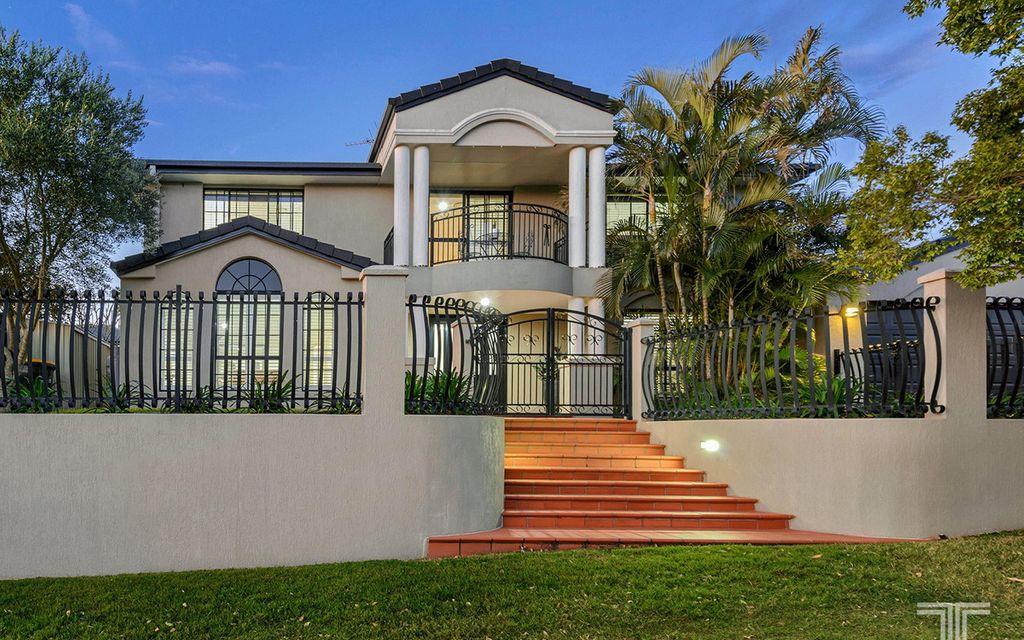 Exceptional Entertainer Metres to Parks and Pacific Golf Course