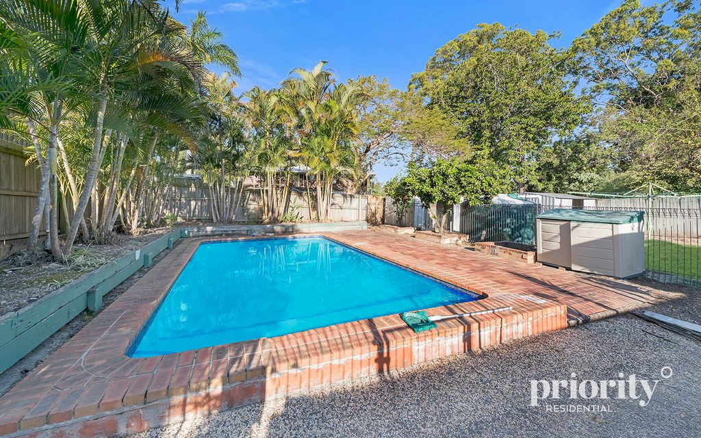 Convenient lowset on an impressive 810m2 block – swimming pool and side access