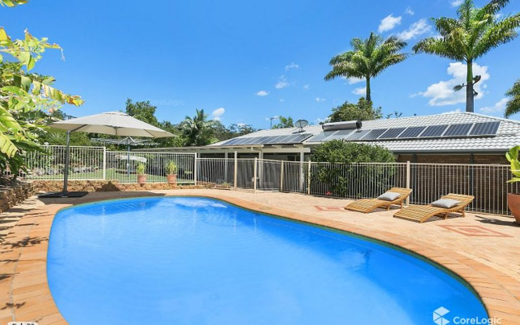 Family entertainer with sparkling pool on 1292sqm block
