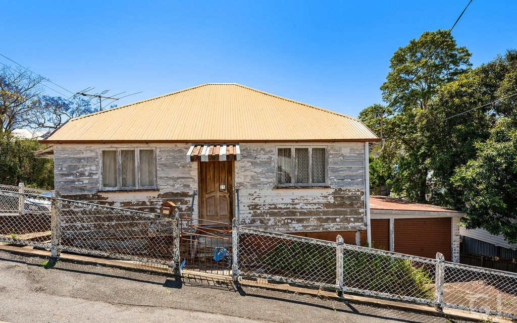 RENOVATOR HOME – OPPORTUNITY TO RESTORE TO FORMER GLORY