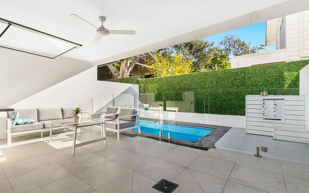 Stunning Townhouse with your very own private pool and walk to Oxford Street