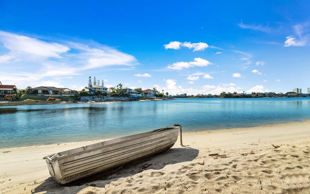 WATERFRONT ACCESS – LARGE 2 BED RENOVATED TOWN HOUSE – MERMAID WATERS