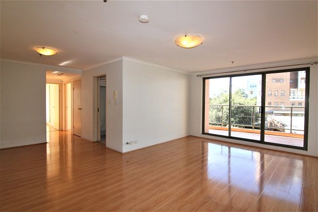 North East facing 3 bedroom apartment with floorboards, built-ins in all rooms