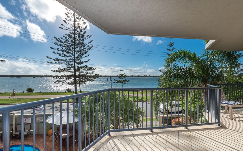 118m2 Waterfront Apartment on Marine Parade with Broadwater views