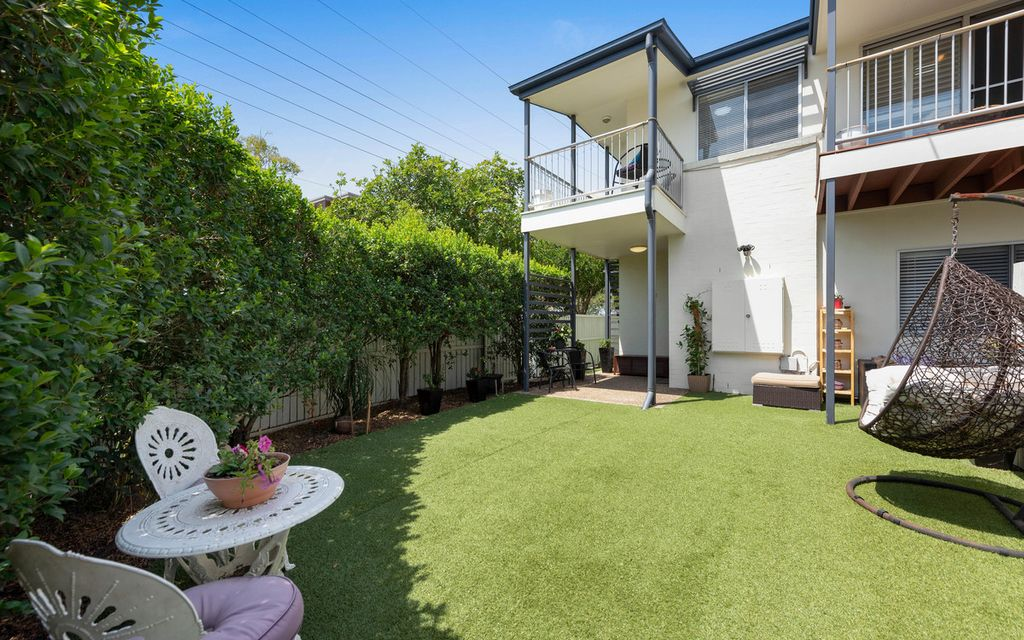 ENORMOUS 3 BED TOWNHOUSE WITH TWO EXCLUSIVE COURTYARDS IN THRIVING ASCOT HOT SPOT
