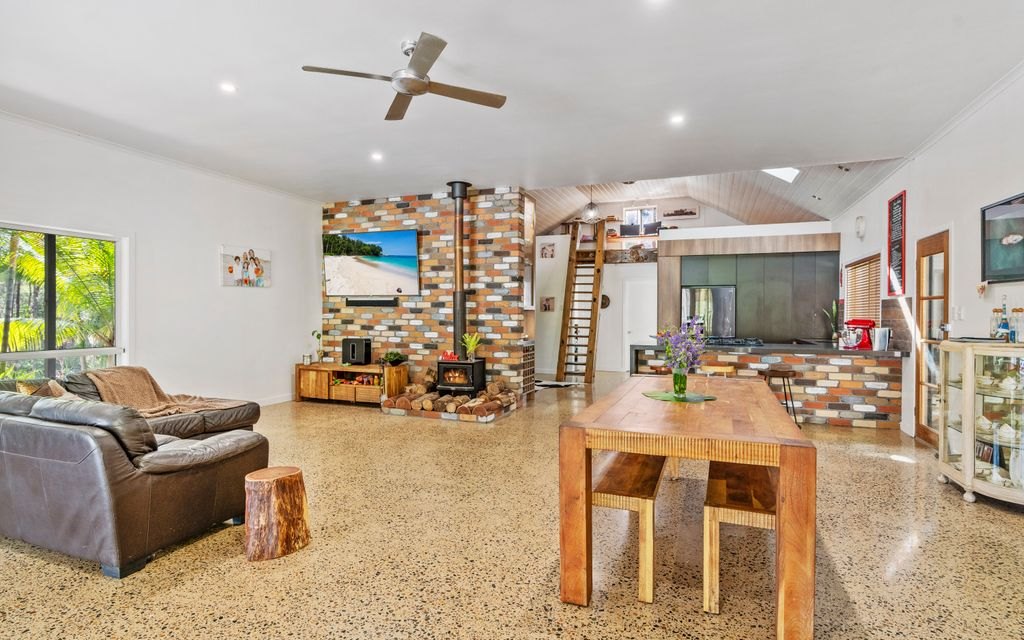 STUNNING DUAL OCCUPANCY ON ACERAGE – HORSES AND PETS WELCOME