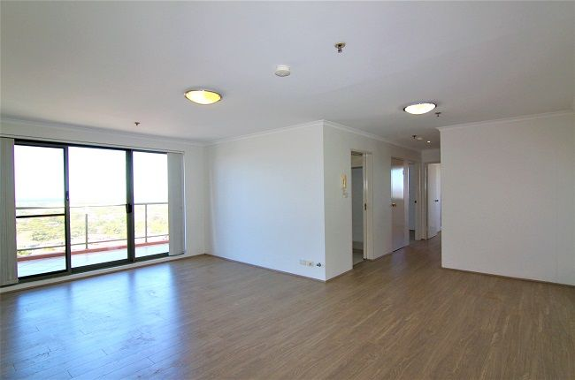 North-East facing 3 bedroom apartment on penthouse level, new floorboards, paint and appliances