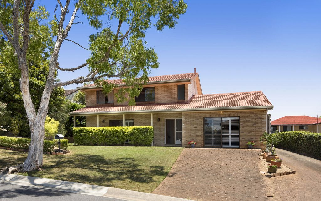 LOW-MAINTENANCE FAMILY HOME IN THRIVING CARSELDINE HOTSPOT