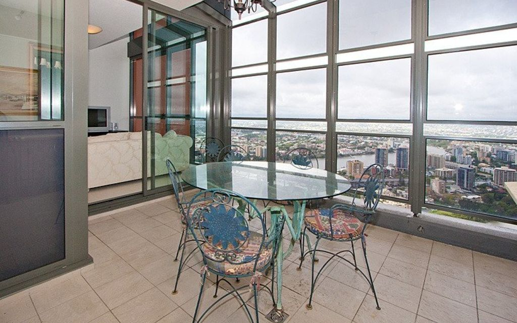 Executive living in Aurora Towers l Unfurnished