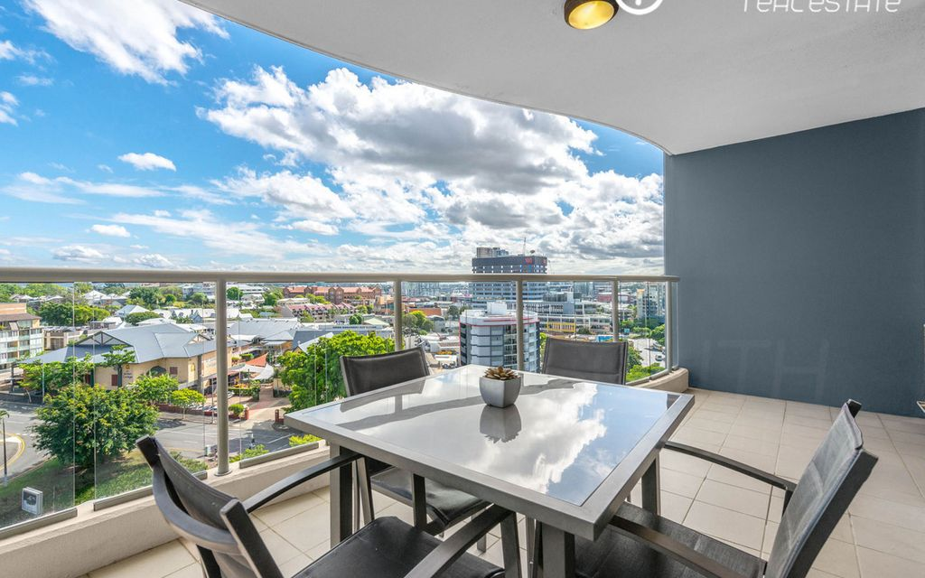 Stunning Two Bedroom Apartment in Sought After Metropolis