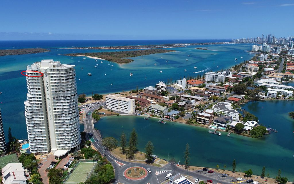 RARE SPRAWLING SUB PENTHOUSE ON THE BROADWATER – UNDER CONTRACT