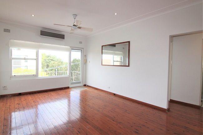 Top floor 2-bedroom unit with floorboard, air conditioning