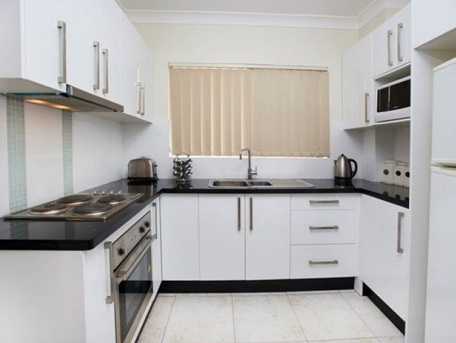 Low maintenance, modern 2-bedroom unit conveniently located