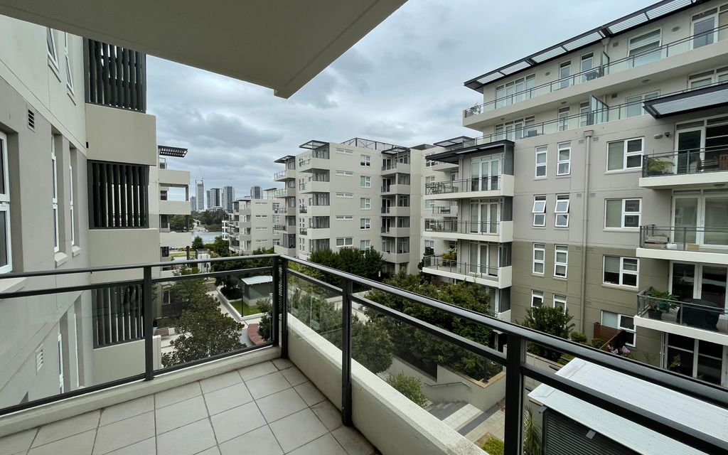 Great position two bed apartment with larget balcony!!