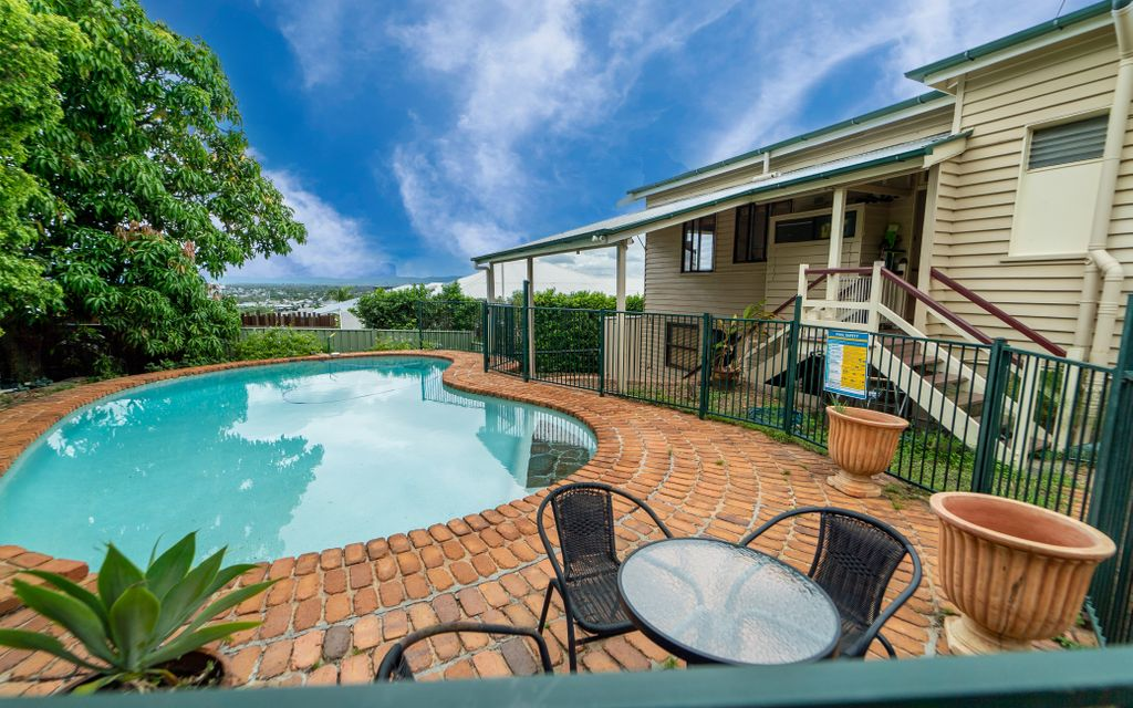COLONIAL EXECUTIVE HOME LOCATED NEAR IPSWICH HOSPITAL-POOL-SOLAR-DUAL LIVING