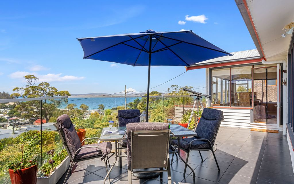 Beach house vibe with sensational bird's eye water views