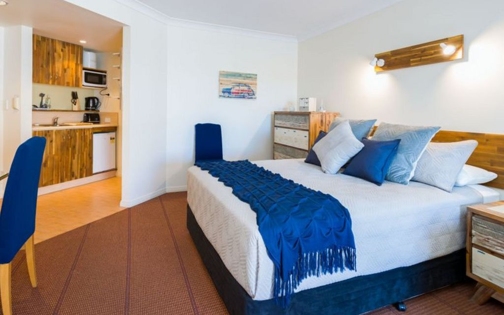 FULLY FURNISHED WATERSIDE APARTMENT IN HOPE ISLAND