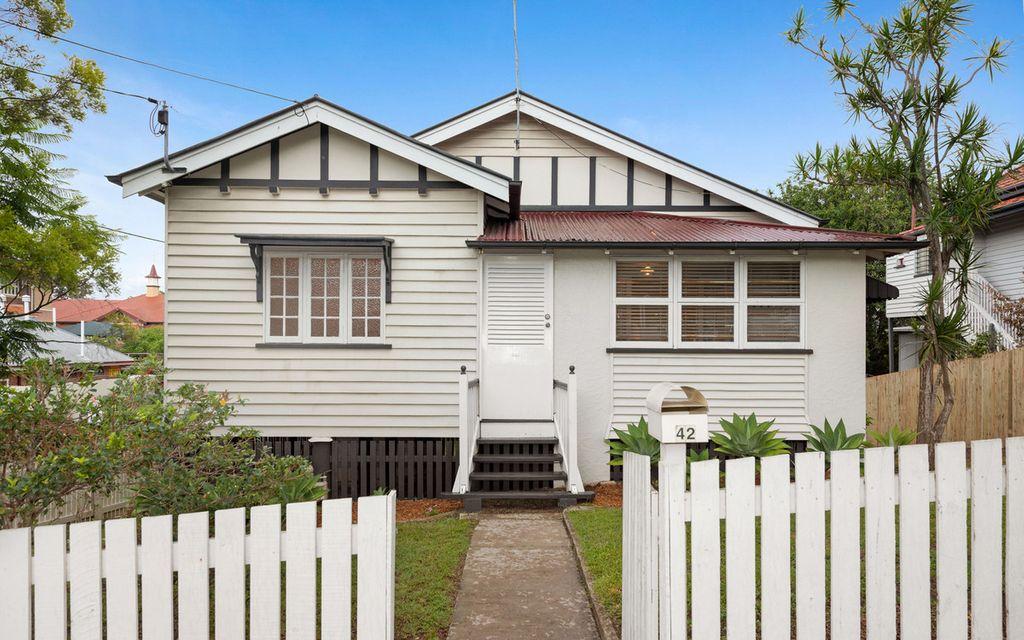 CLASSIC HOME – Ultra-Convenient Inner City Queenslander