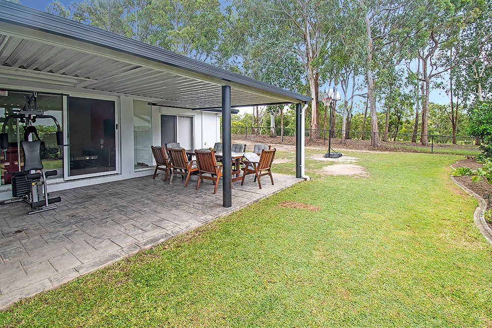 LARGE COMFORTABLE FAMILY HOME ON GOLF COURSE