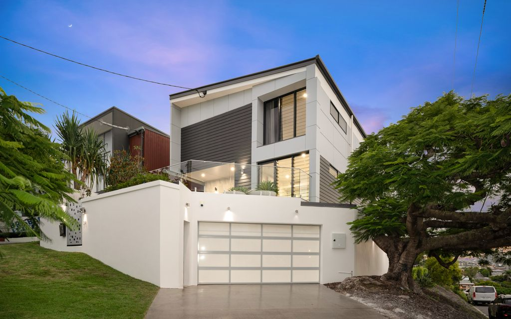 BREATHTAKING CITY AND PANORAMIC VIEWS – SLICK CONTEMPORARY HOME