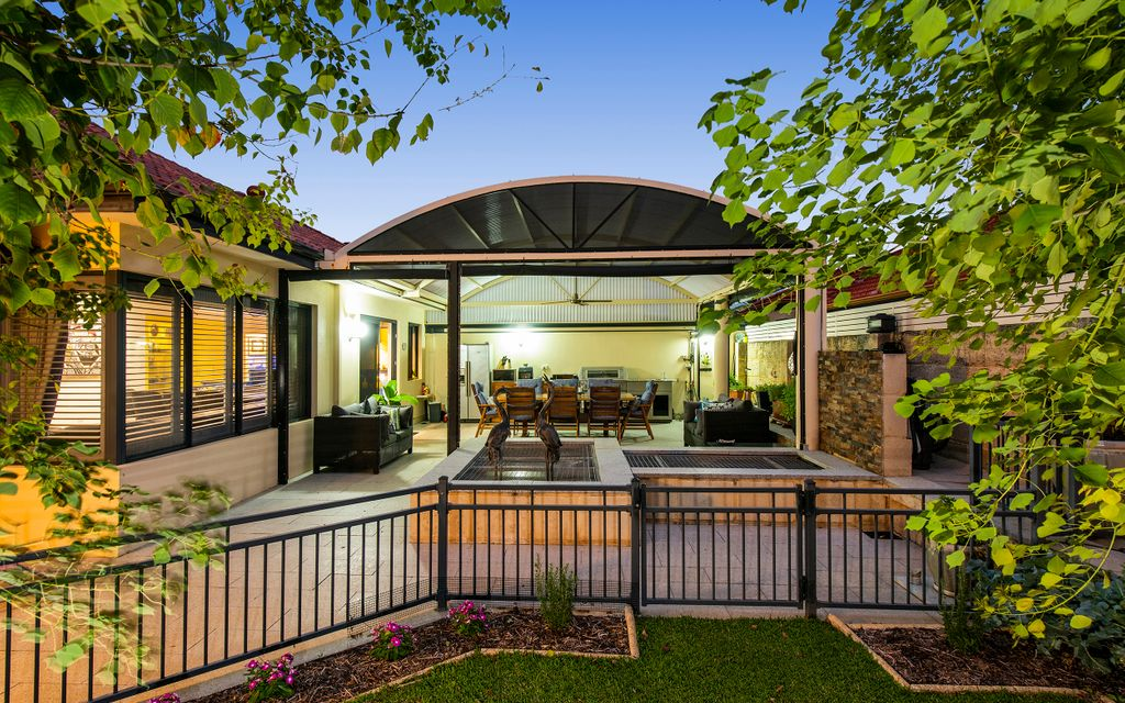 A GRAND QUALITY BUILT WEBB & BROWN-NEAVES HOME, PRESTIGE LOCATION, EASY-CARE LIFESTYLE..!