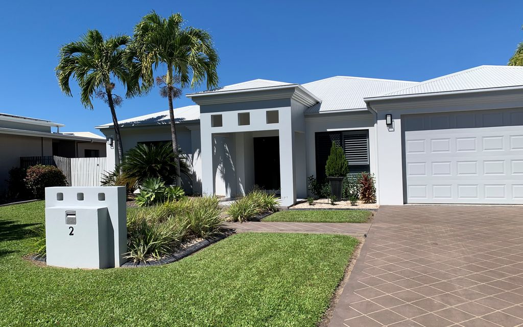 STUNNING FULLY FURNISHED HAMPTON STYLE HOME!