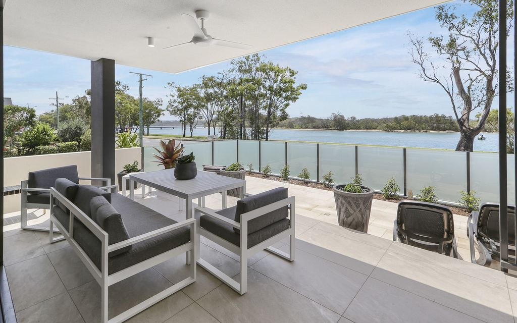 Ground Floor riverfront apartment with exclusive courtyard!