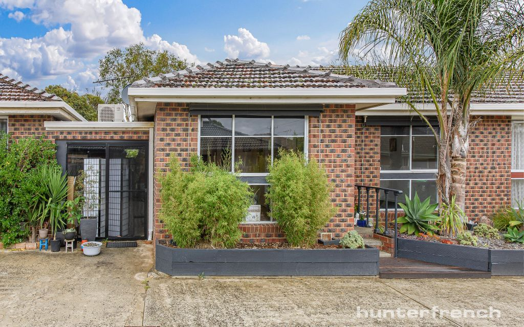 IDEALLY LOCATED, LOW MAINTENANCE BAYSIDE LIVING