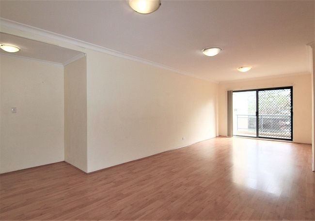 Spacious 2 bedroom apartment with floorboard, built-ins and air conditioning