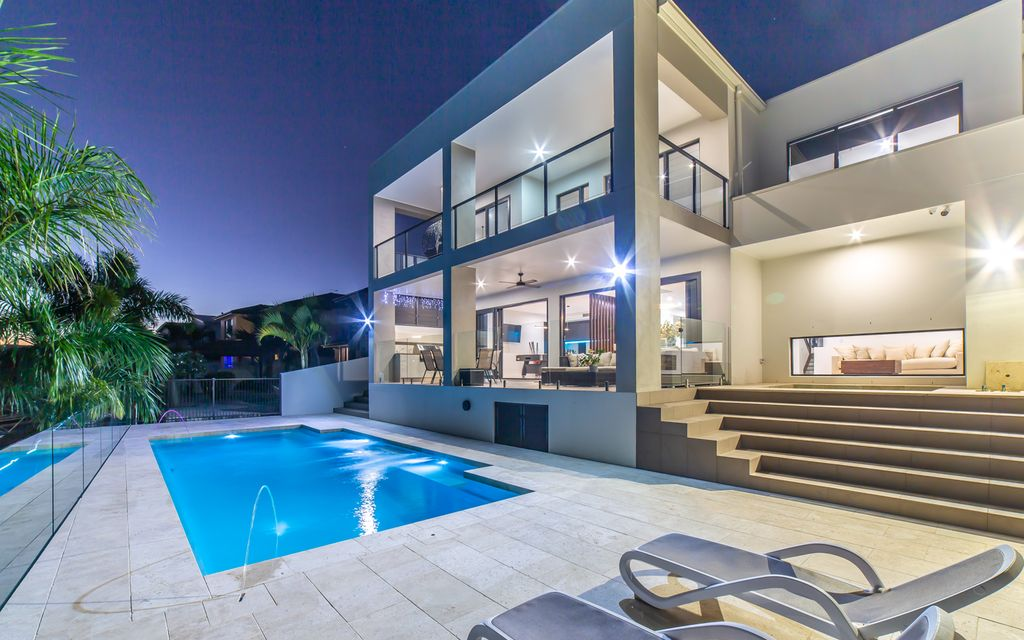 Contemporary Luxury – The ultimate waterfront family home!