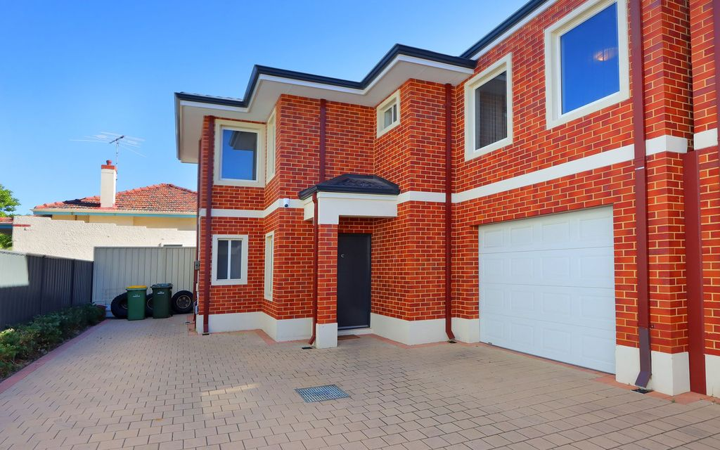 Stylish Double Storey Townhouse with Prime Location!