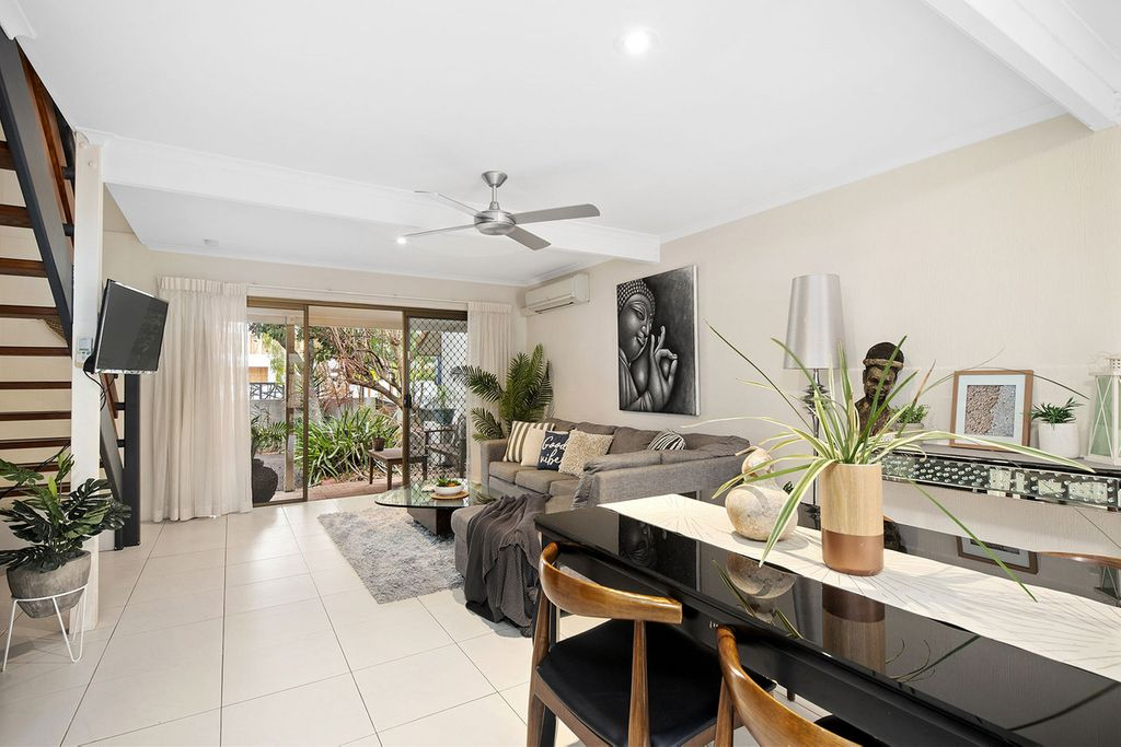 Centrally located townhouse metres from river
