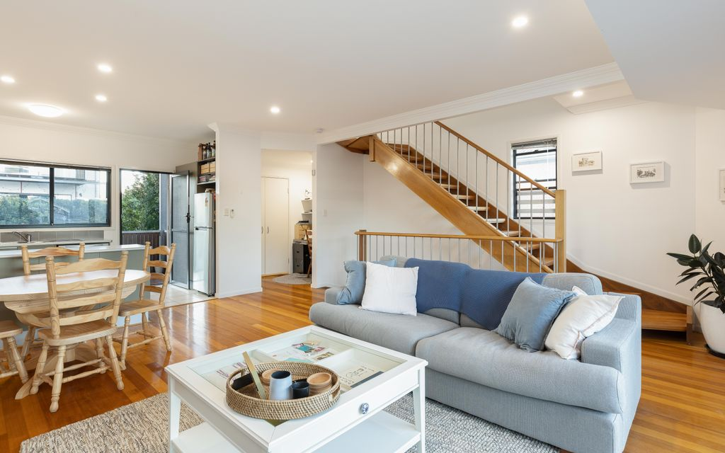 INNER CITY TRI-LEVEL TOWNHOME WITH HORIZON OUTLOOK