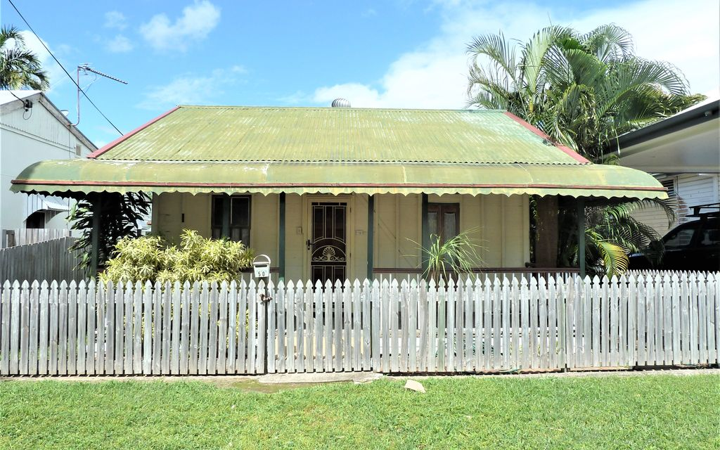 """"""" HILLVIEW COTTAGE """"  LOADED WITH CHARACTER BUT IN DESPERATE NEED OF LOTS OF WORK."""